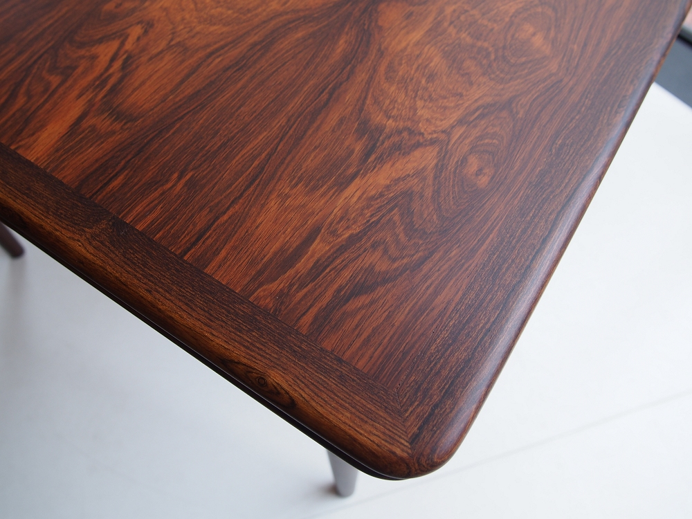 貴重なローズウッド材を使用したエクステンションのダイニングテーブル