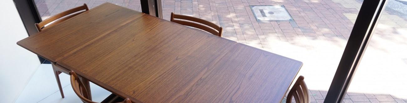 ハンス・ウェグナーのAT-313テーブルは拡張が可能な作りです