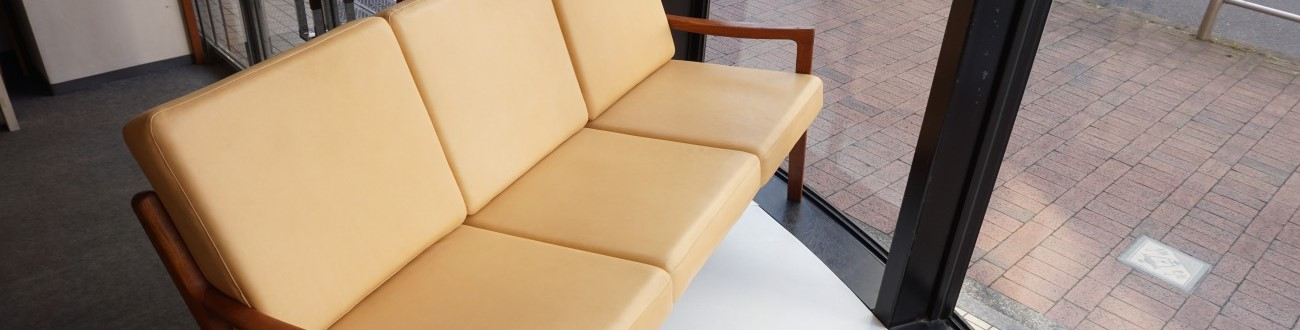 オーレヴァンシャーのデザインによるFrance&Son社製 Model166 セネターソファ(チーク材、アニリンレザー/本革)をショールームに展示中です。