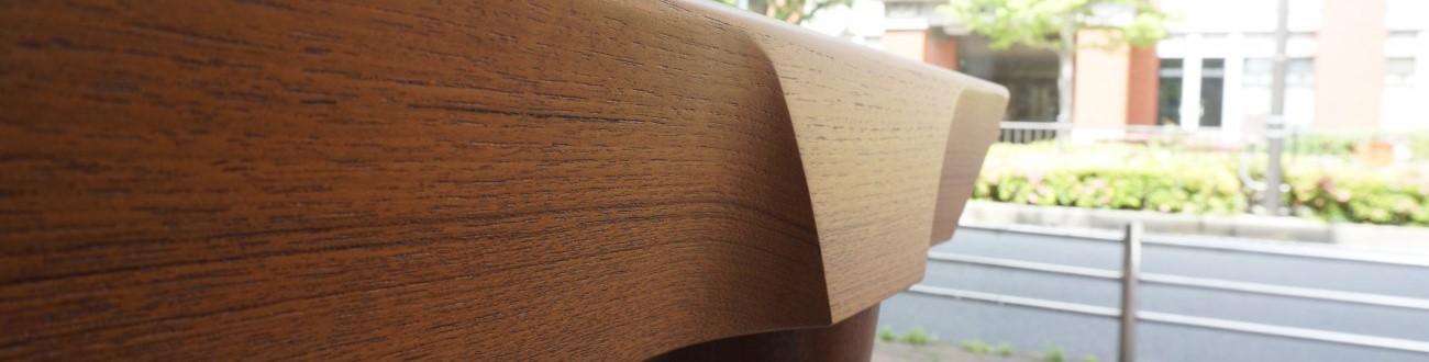 縁取りと幕板が一体となり、異なるテーパーの脚部が美しいダイニングテーブル