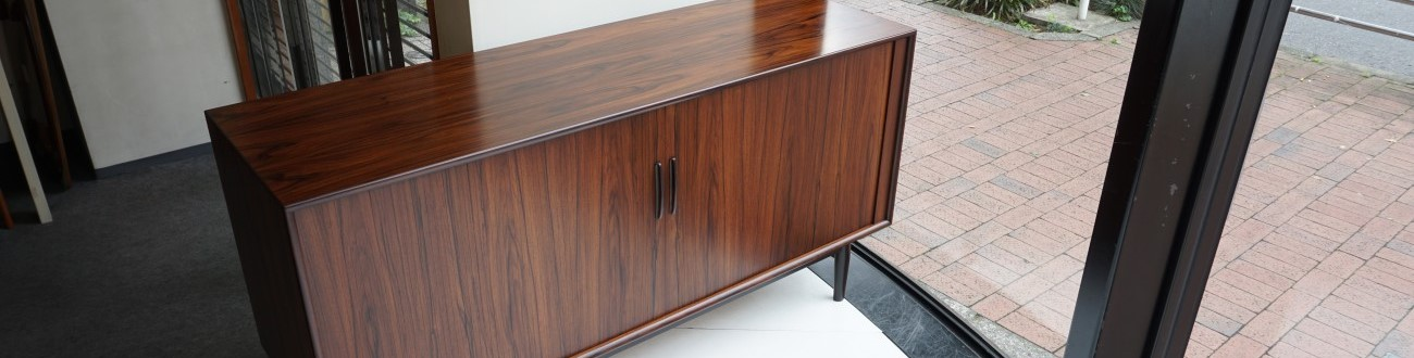 Arne Vodder(アルネヴォッター)デザインによるSibast Furniture(シバストファニチャー)社製、ビンテージのローズウッドサイドボード150㎝を店舗に展示致しました。