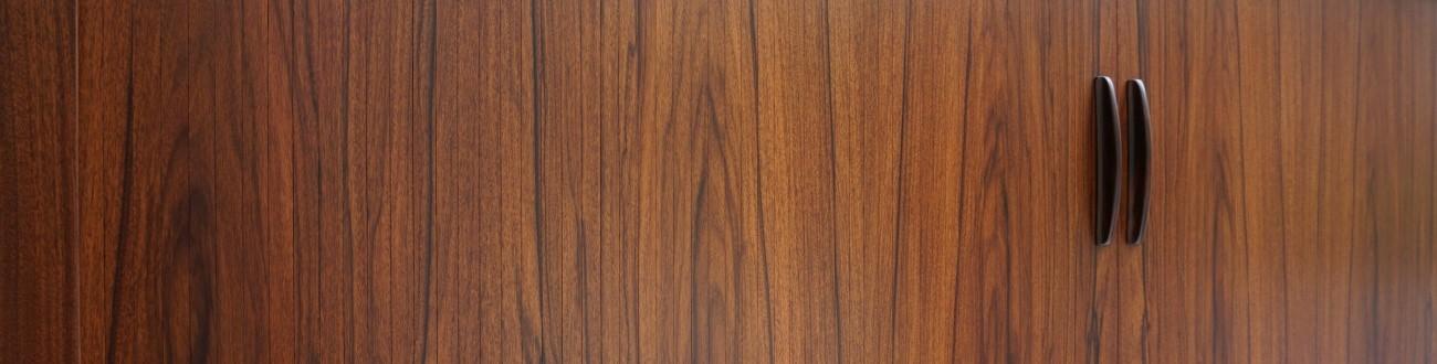 貴重なローズウッド材を贅沢に使用した蛇腹の扉がとても美しいアルネヴォッターのサイドボード。