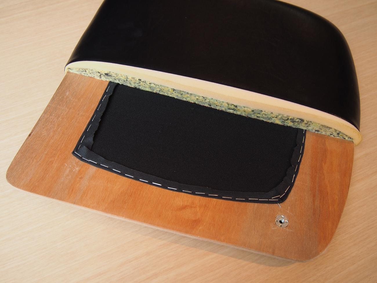 カリモク60+ アームレスダイニングチェアの座面の工夫