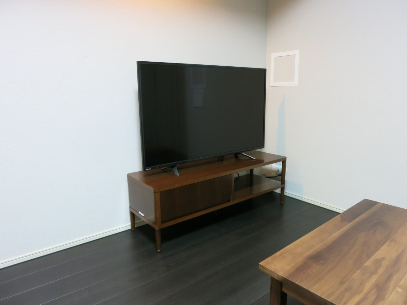 カリモク60TVボードウォールナット色