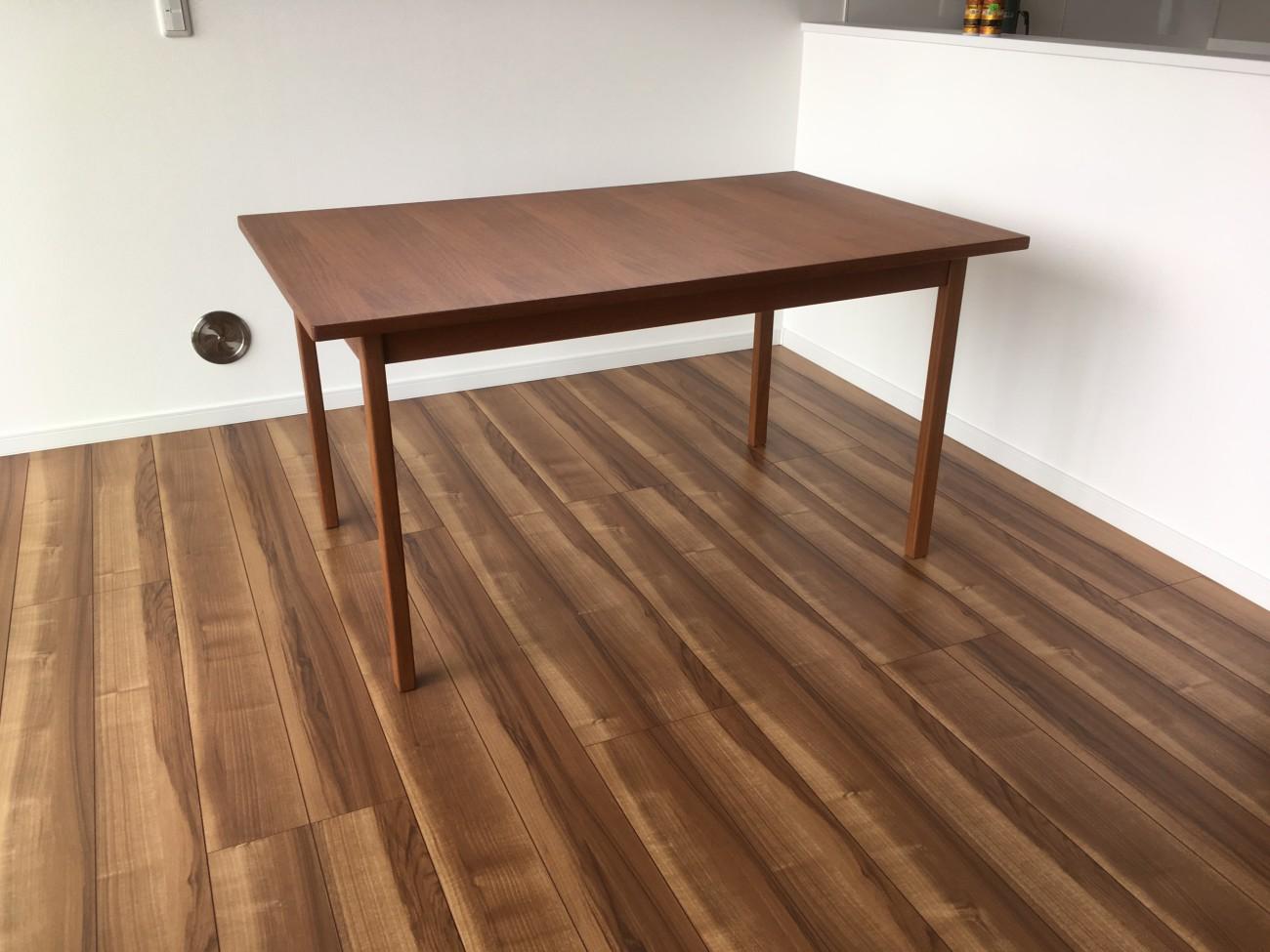 スウェーデン製ダイニングテーブル