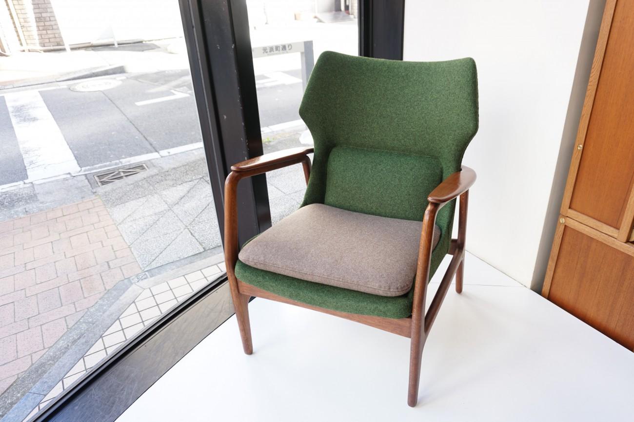 正面 アクセル・ベンダー・マッセン bovenkamp社製のソファ