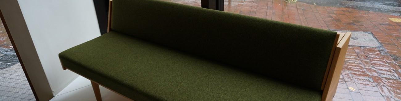 ハンスウェグナービンテージのGE258デイベッドのオーク材丸脚でクヴァドラ社の生地