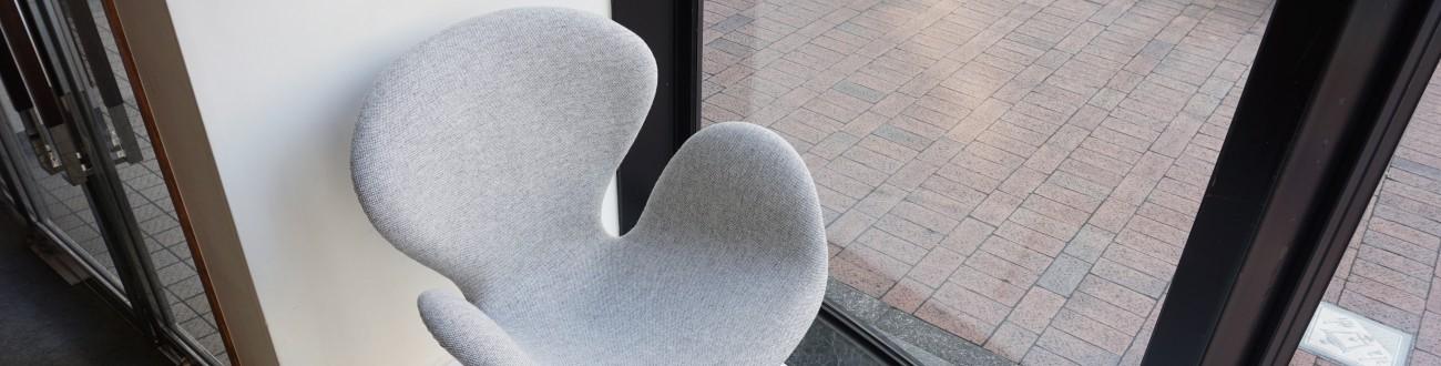 クヴァドラ社のハリンダル65で張替を行ったアルネヤコブセンデザインによるフリッツハンセン社製ビンテージのスワンチェア