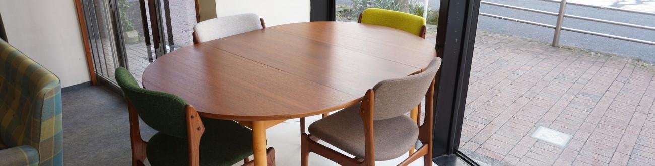 チーク ラウンド エクステンションラウンドダイニングテーブル(FARSTRUP)の拡張した様子とErik Buch(エリックバック) Model49 チェア(チーク)Kvadrat(クヴァドラ)の合わせ。