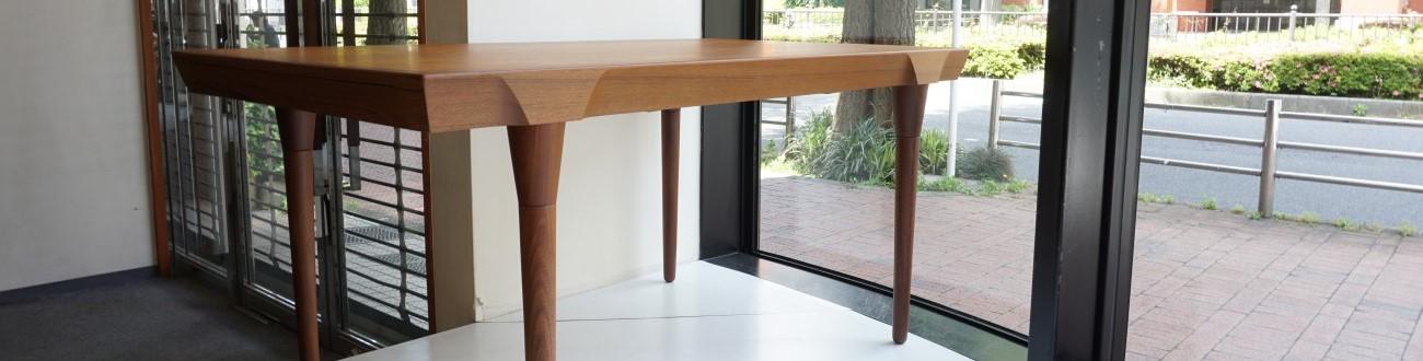 チーク材を使用したビンテージのエクステンションダイニングテーブルを店舗に展示致しました