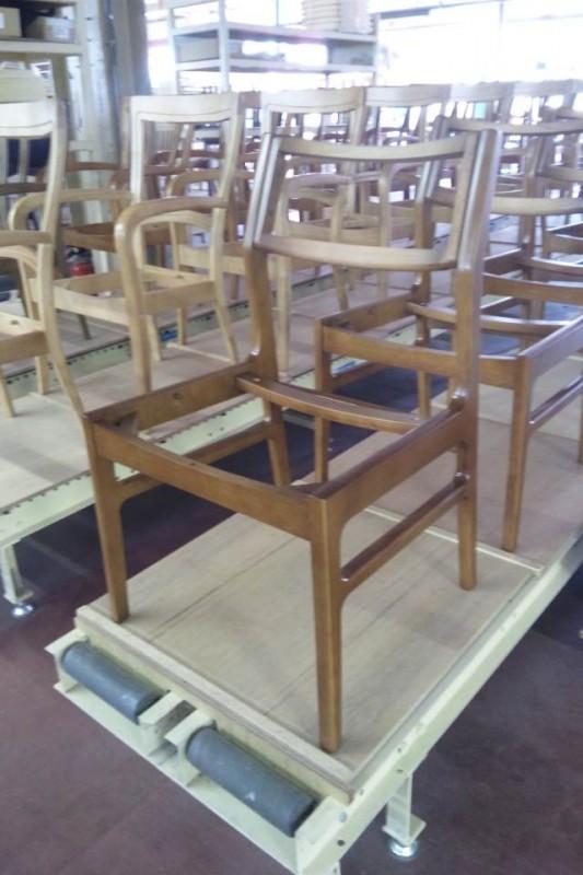 カリモク60のアームレスダイニングチェアの張りを待つ木枠