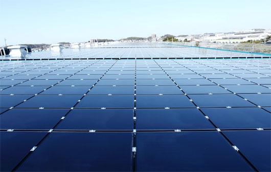 工場にソーラーパネルを設置しています