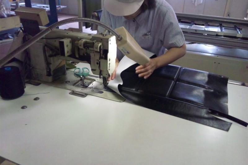 カリモク60のKチェア2シーターの背もたれを縫う製造工程