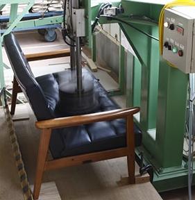 カリモク60のKチェア2シーターのシート耐久試験