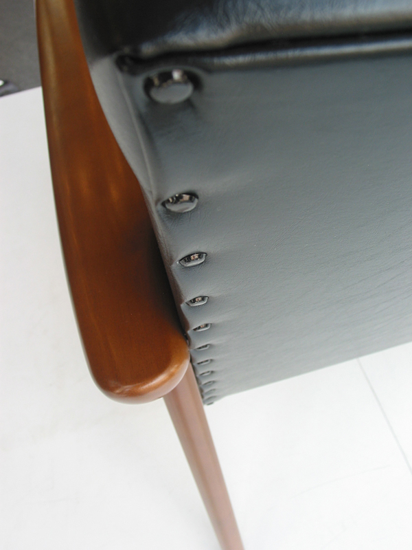 カリモク60 Kチェア2シーター スタンダードブラックの背面ボタン留め