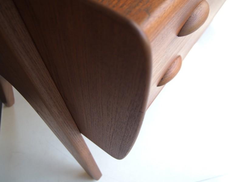 ヴィンテージ北欧家具のキャビネットの縁取りが丸くなっています