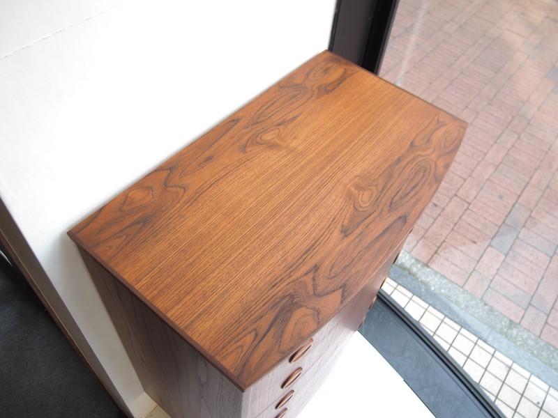 天板の木目が美しいビンテージ北欧家具のチェスト