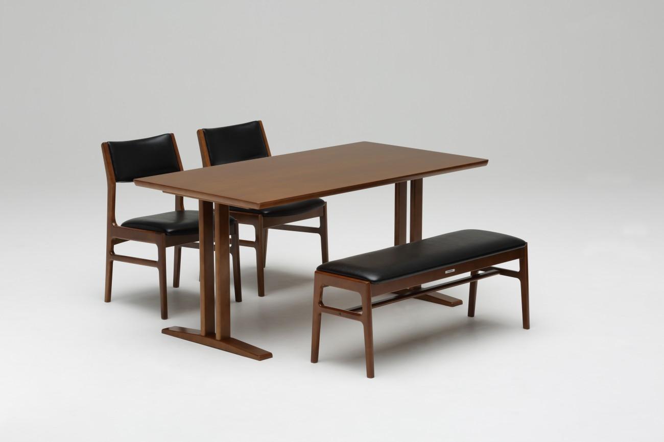 カリモク60+ ダイニングテーブルT1500とベンチの合わせの様子