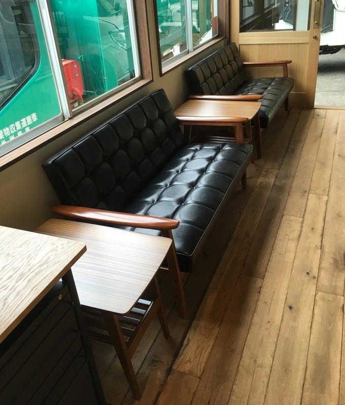 カリモク60 Kチェア2シータースタンダードブラックとサイドテーブル(横からの写真)