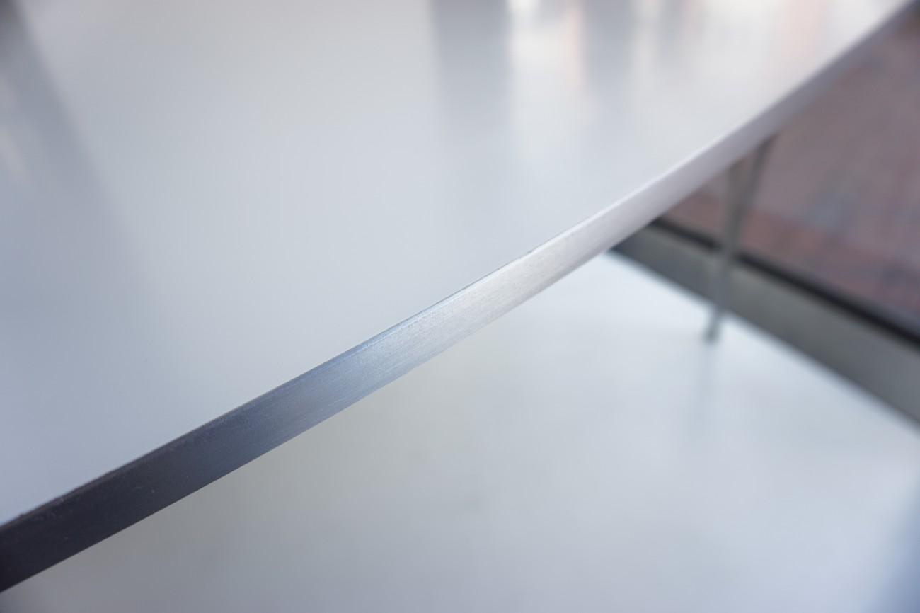テーブルのエッジ