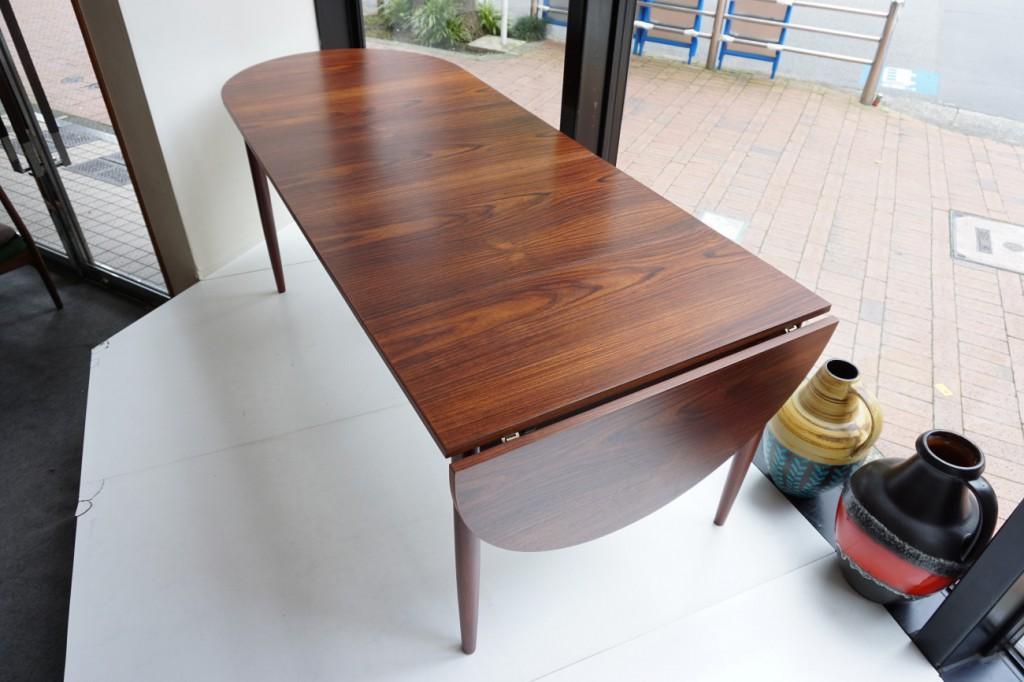 貴重なローズウッド材を使用したバタフライのエクステンションダイニングテーブル