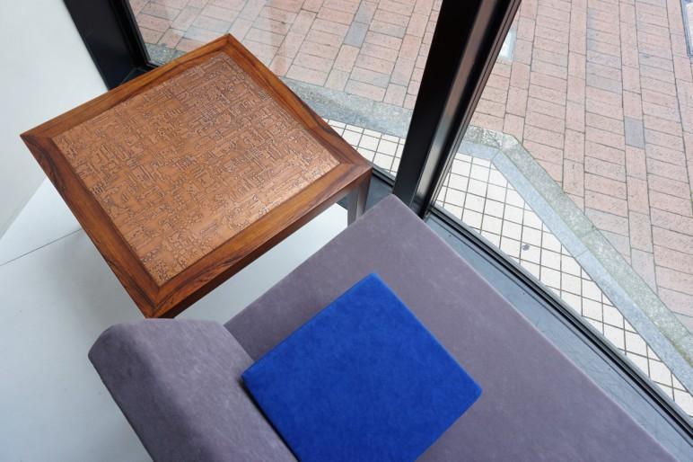 Severin Hansen Jrのローズウッド銅板テーブルとソファの合わせ