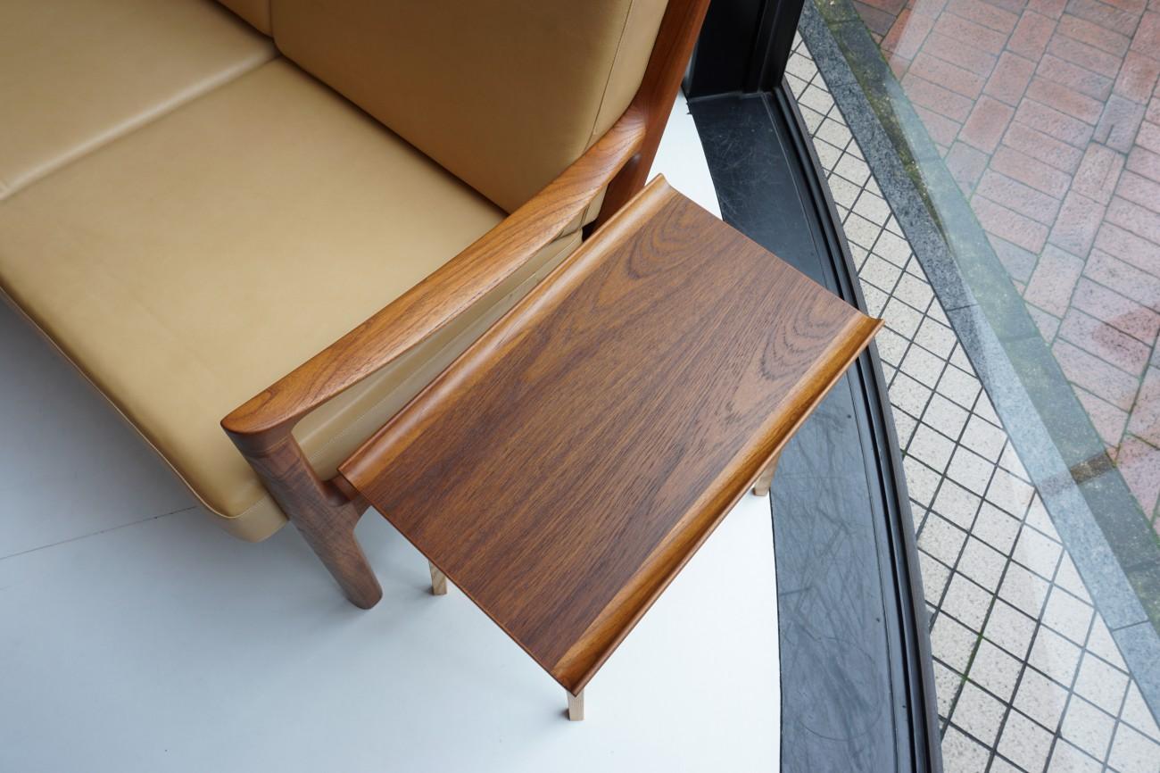 DECO-BOCO オリジナルのスモールテーブルとオーレヴァンシャーの本革ソファとの合わせ