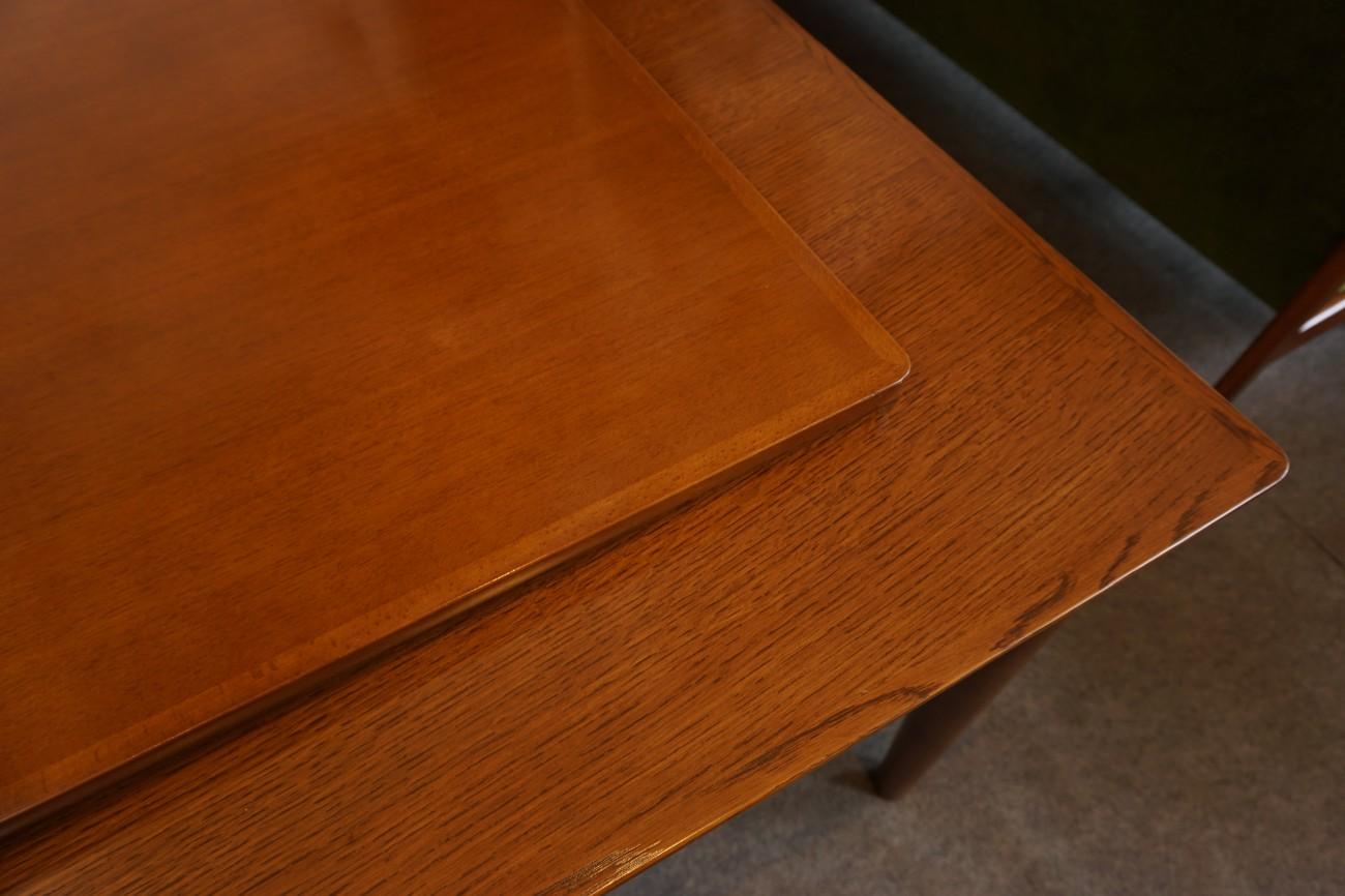 カリモク60のダイニングテーブル1500(ウォールナット色)アネグレ材とオーク材の比較