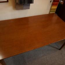 カリモク60のダイニングテーブル1500(新仕様のオーク材を使用したウォールナット色)を店舗に展示致しました。