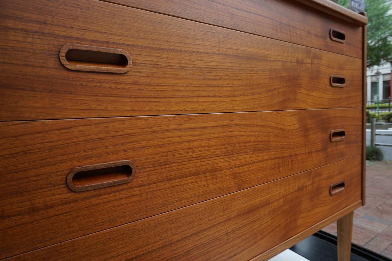 ビンテージ北欧家具 ドレッサー(ビューロ・チェスト)を店舗に展示致しました。
